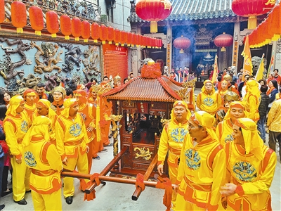 Temple fair draws huge crowds